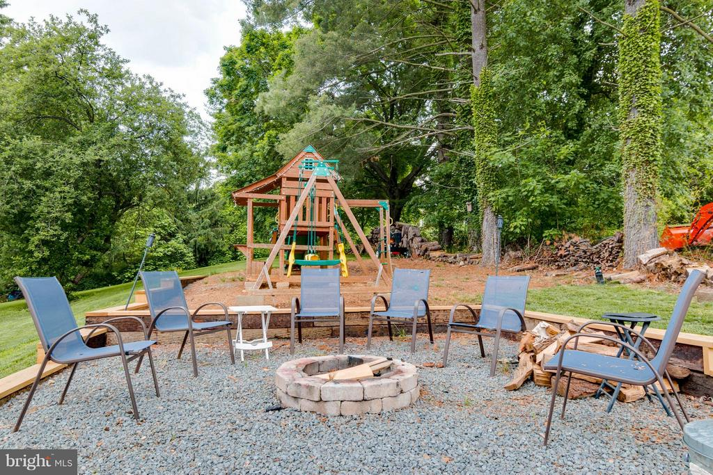 Fire Pit and Children's Play Area - 36929 GAVER MILL RD, PURCELLVILLE