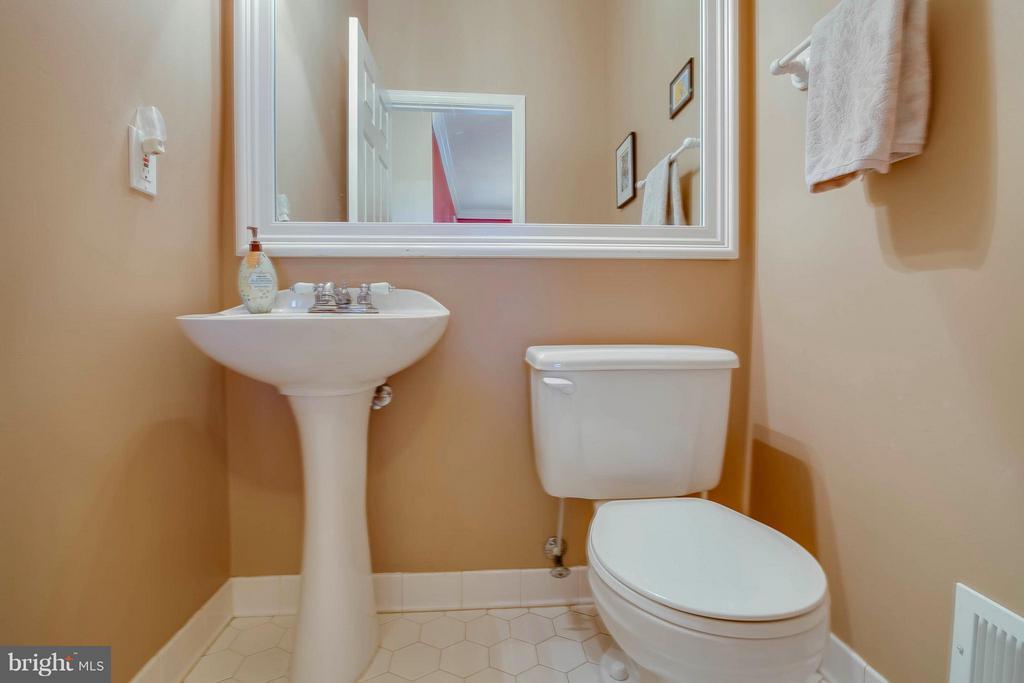 Bath - 20685 PARKSIDE CIR, STERLING