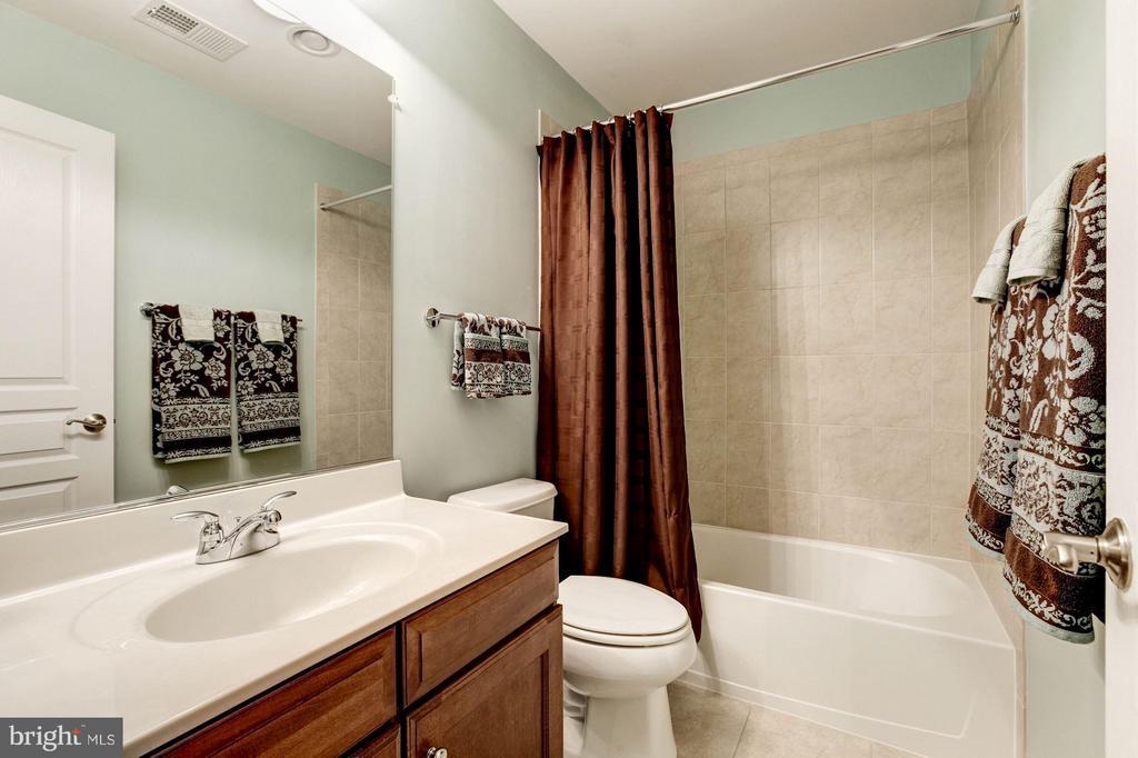 Second Full Bathroom on Upper Level - 3325 KEMPER RD, ARLINGTON