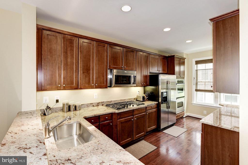 Gourmet Kitchen - 3325 KEMPER RD, ARLINGTON