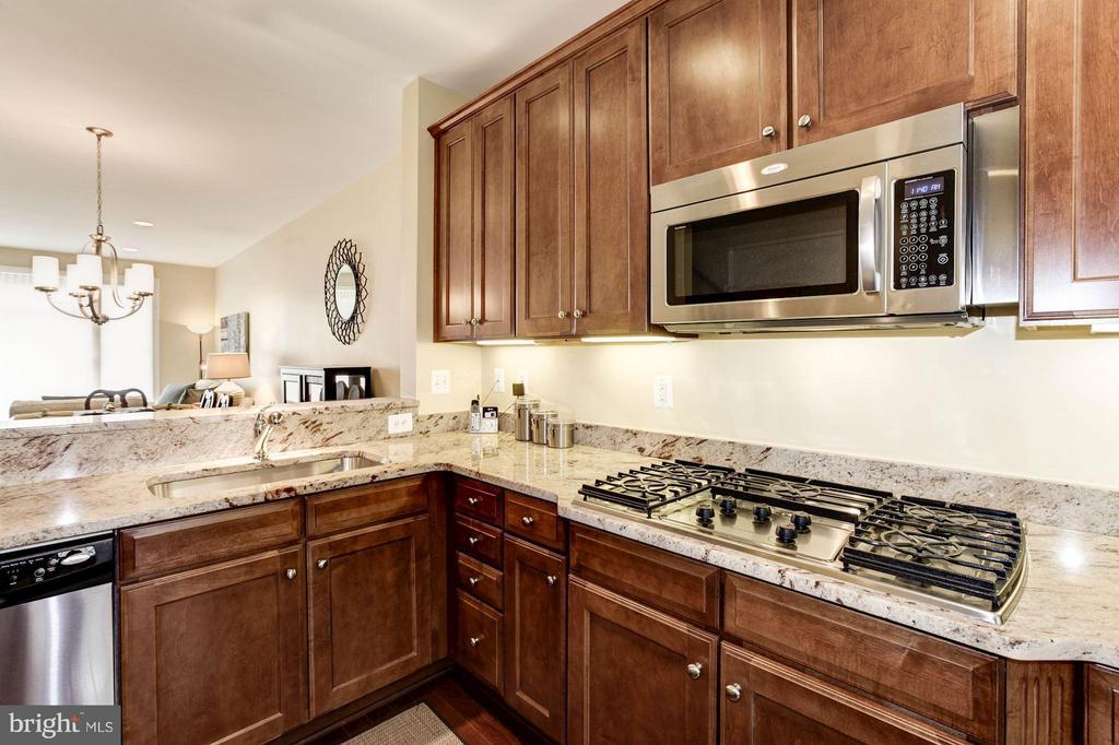 Five burner gas cooktop - 3325 KEMPER RD, ARLINGTON