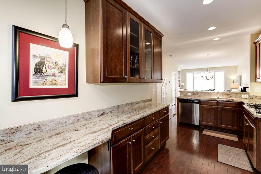 Kitchen with bar seating - 3325 KEMPER RD, ARLINGTON