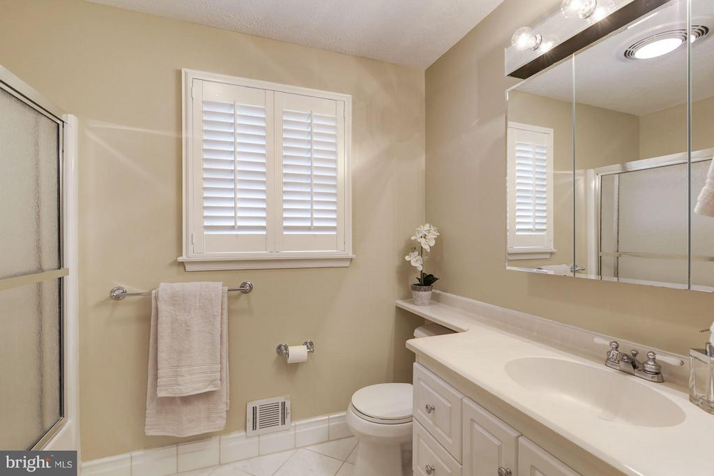 Full Bath Upstairs - 7317 JENNA RD, SPRINGFIELD