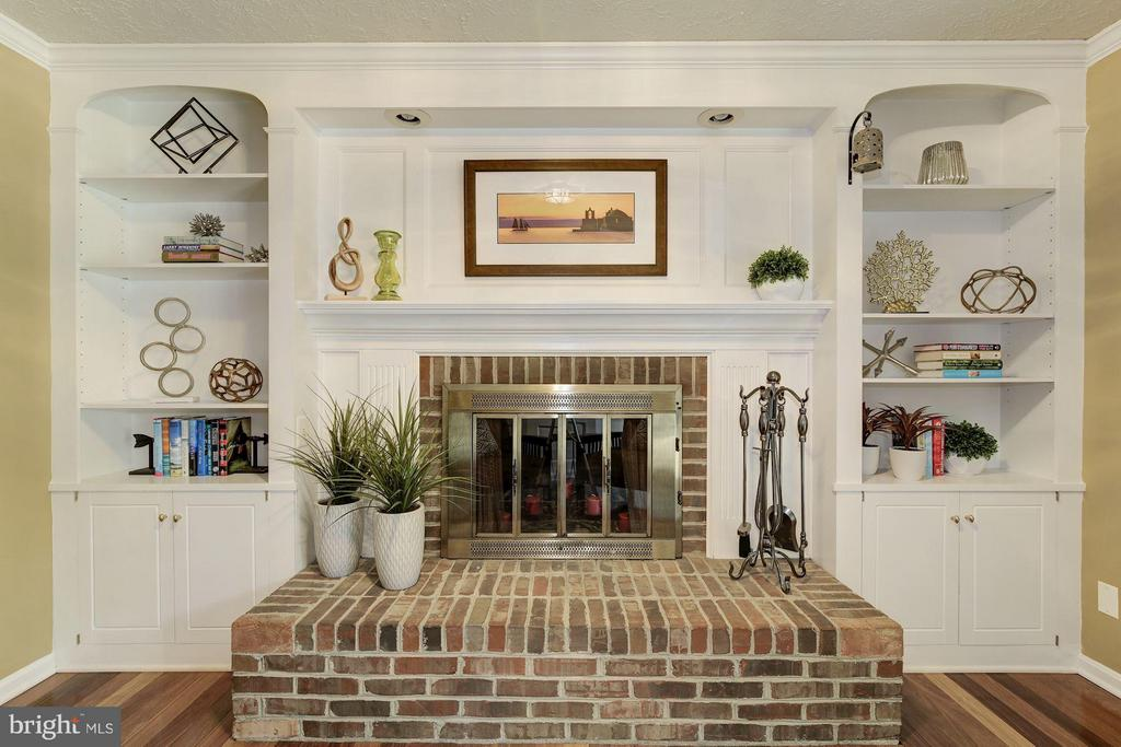 Brick fireplace and gorgeous built-ins - 7317 JENNA RD, SPRINGFIELD