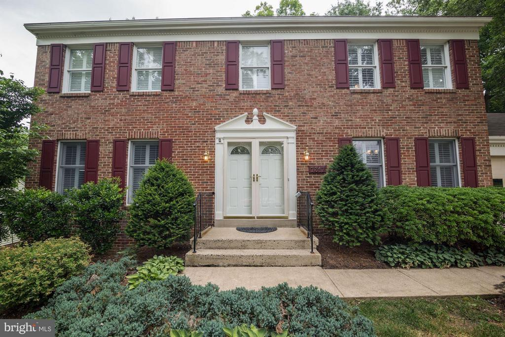 Stately front entrance with double doors - 7317 JENNA RD, SPRINGFIELD