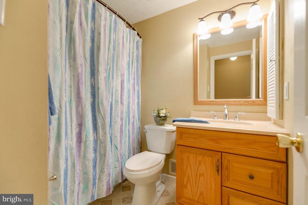 Hall Bath - 10306 STEAMBOAT LANDING LN, BURKE