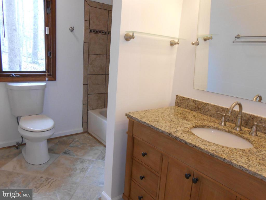 Full Hall Bath - Granite - 10009 WISAKON TRL, MANASSAS