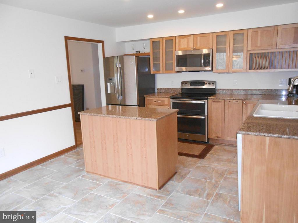 Center Isle - Stainless Steel Appliances - 10009 WISAKON TRL, MANASSAS