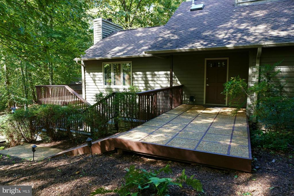 Front entry - aggregate walkways - deck - 10009 WISAKON TRL, MANASSAS