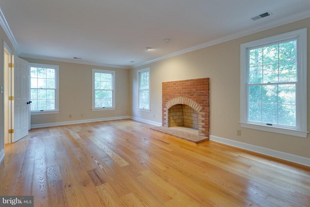 Grand-size Master Bedroom - 10402 HAMPTON RD, FAIRFAX STATION
