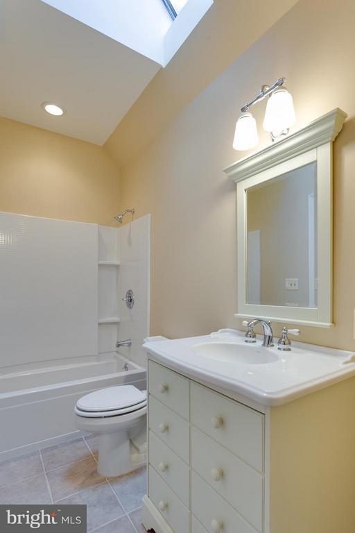 Guest House - Upper Full Bath - 10402 HAMPTON RD, FAIRFAX STATION