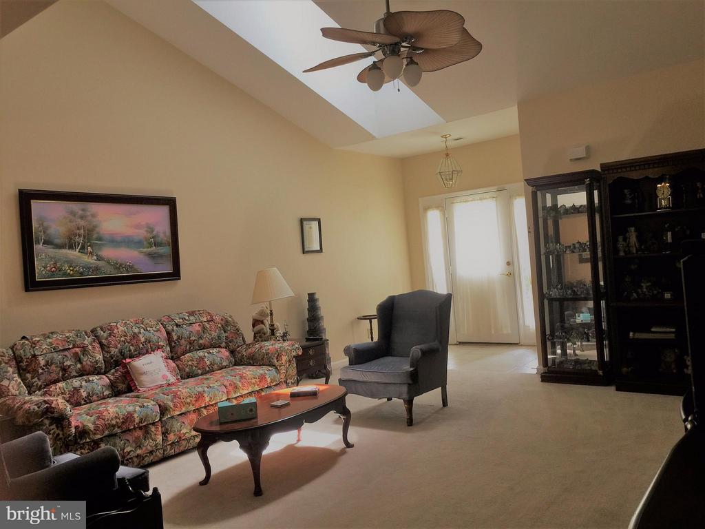Spacious and Bright Living Room w/vaulted ceiling! - 11117 TRINITY LN, FREDERICKSBURG