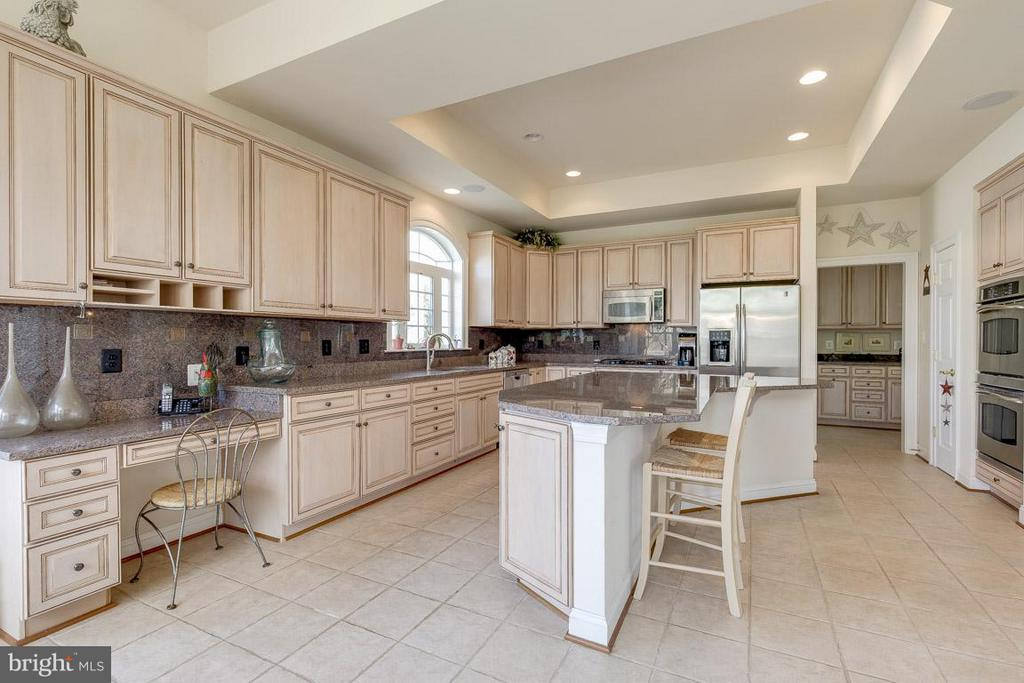 Open & Bright Gourmet Kitchen - 44108 RIVERPOINT DR, LEESBURG