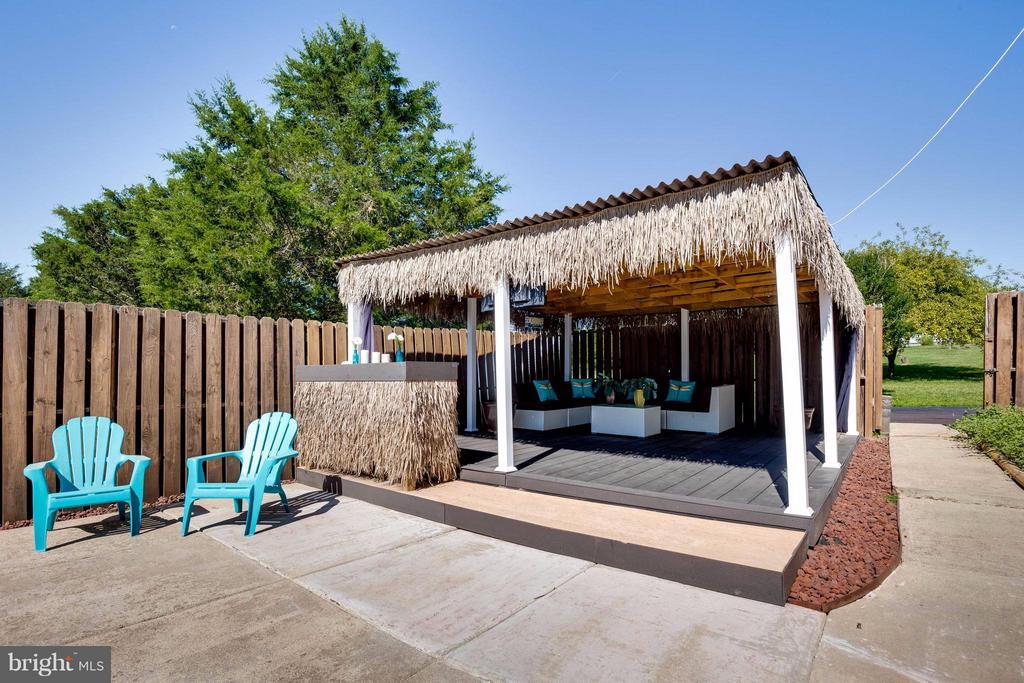 Relax in the Cabana! - 7302 CLOVERHILL RD, SPOTSYLVANIA