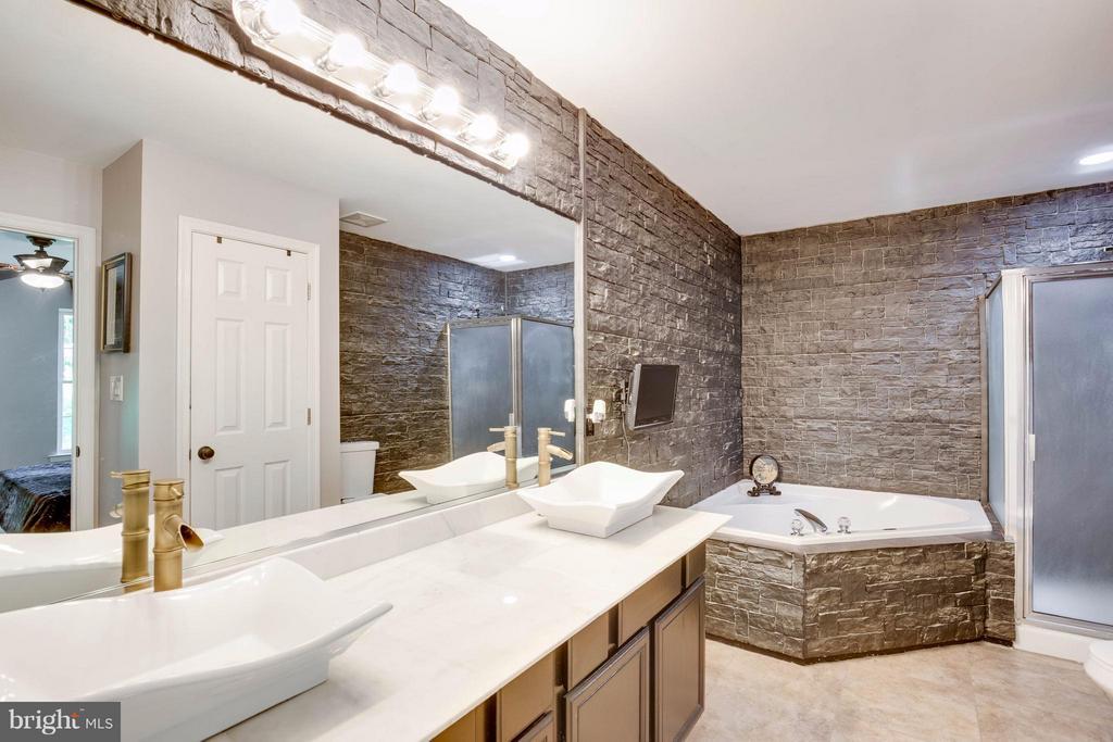 Luxury bath - 7302 CLOVERHILL RD, SPOTSYLVANIA