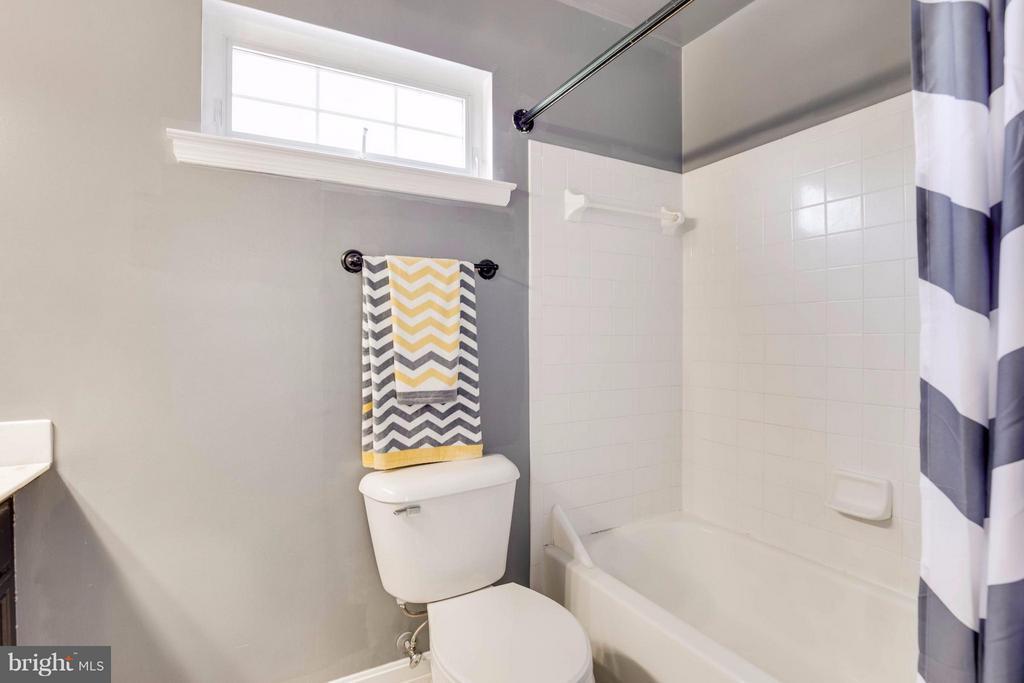 Cute bathroom - 7302 CLOVERHILL RD, SPOTSYLVANIA