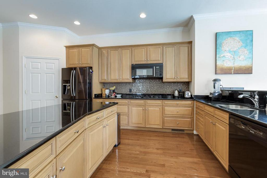Updated gourmet kitchen with huge island - 18434 RIM ROCK CIR, LEESBURG