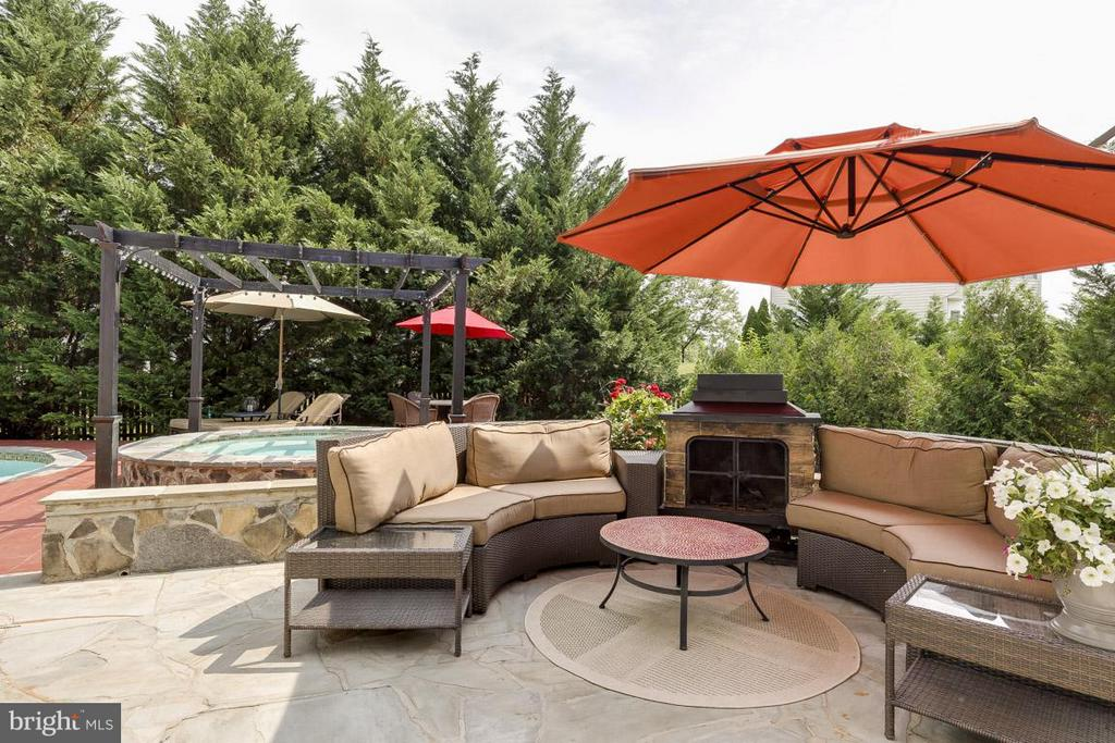 Custom patio w/frplc - 18434 RIM ROCK CIR, LEESBURG