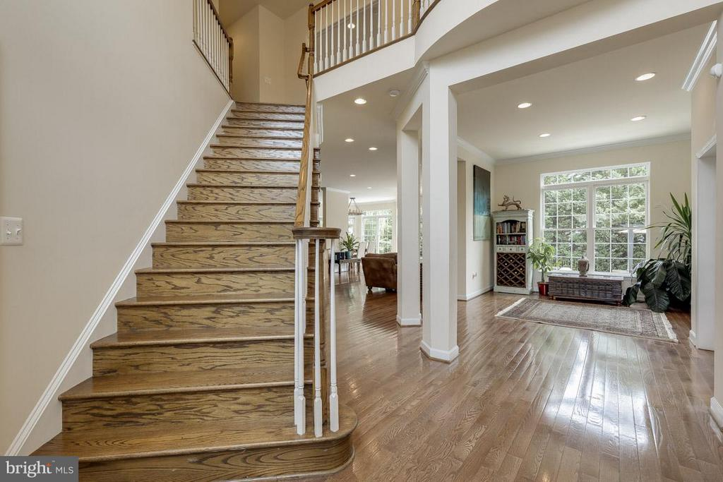 Beautiful inviting foyer with lots of light! - 18434 RIM ROCK CIR, LEESBURG