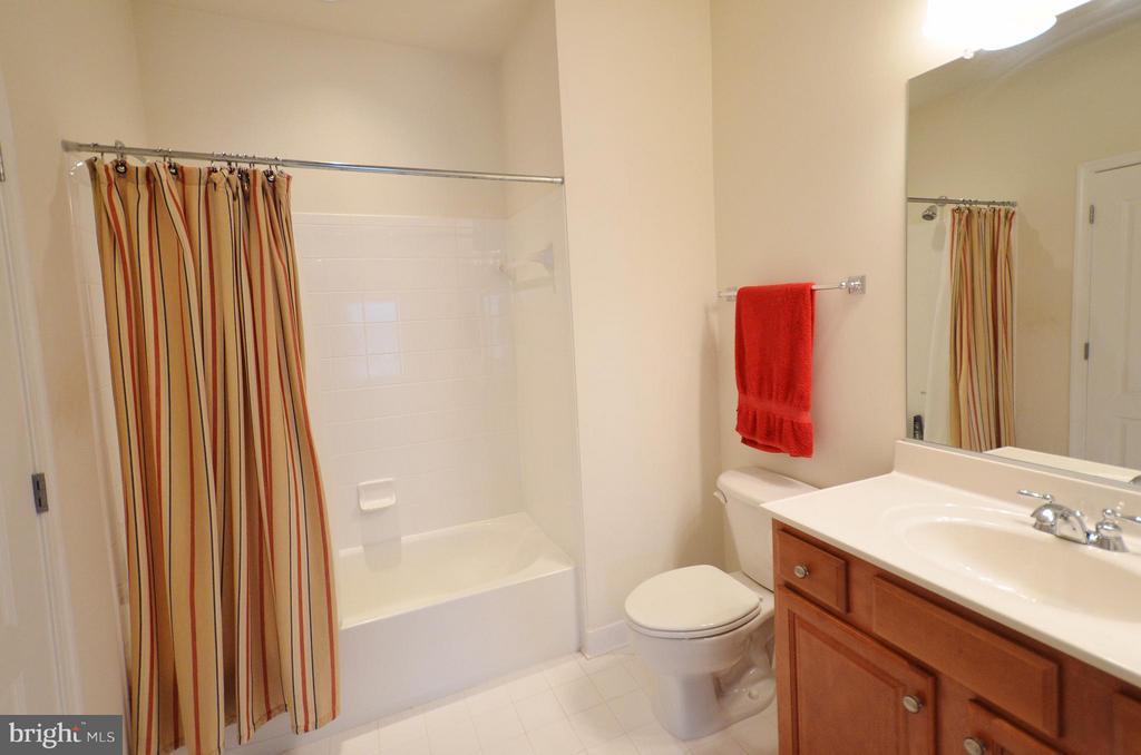 En-suite 3rd upper level bathroom - 43014 PARK CREEK DR, BROADLANDS