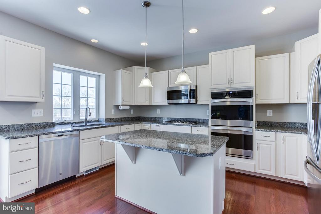 Upgraded kitchen cabinets/36' Gas cooktop - 98 COACHMAN CIR, STAFFORD