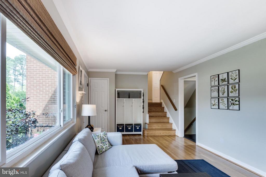 Hardwood floors and crown molding - 5312 TRUMAN AVE, ALEXANDRIA