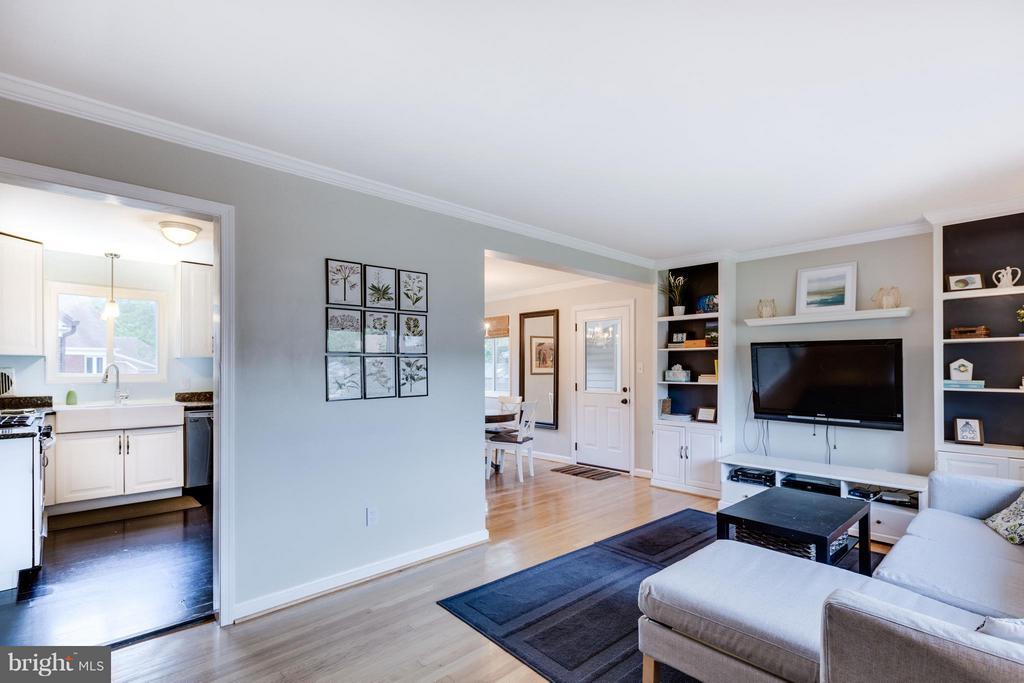 Living Room with custom built-in shelving - 5312 TRUMAN AVE, ALEXANDRIA