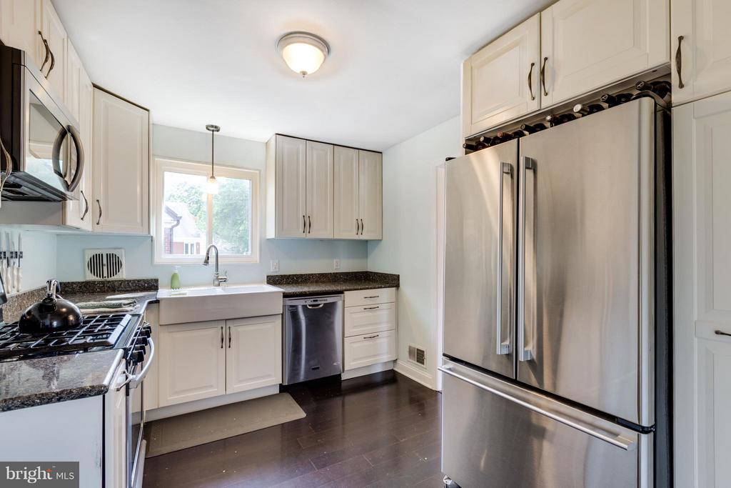 Gas range and lots of cabinet space - 5312 TRUMAN AVE, ALEXANDRIA