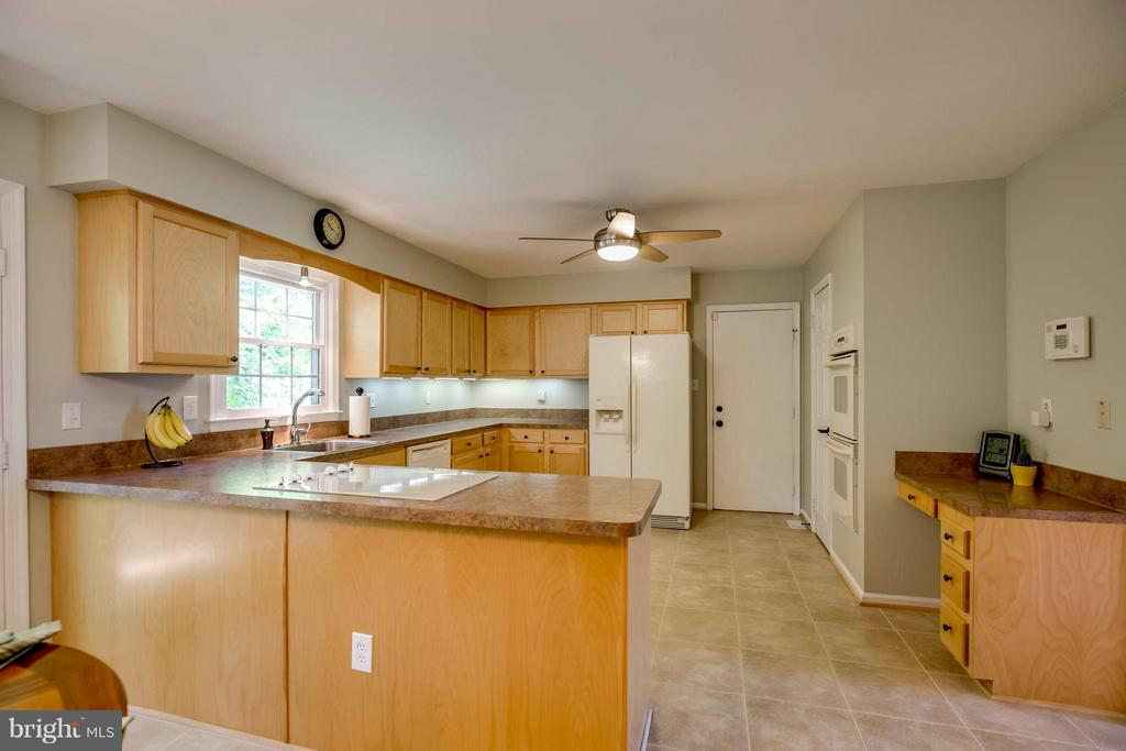 Large Gourmet Kitchen - 12559 LIEUTENANT NICHOLS RD, FAIRFAX