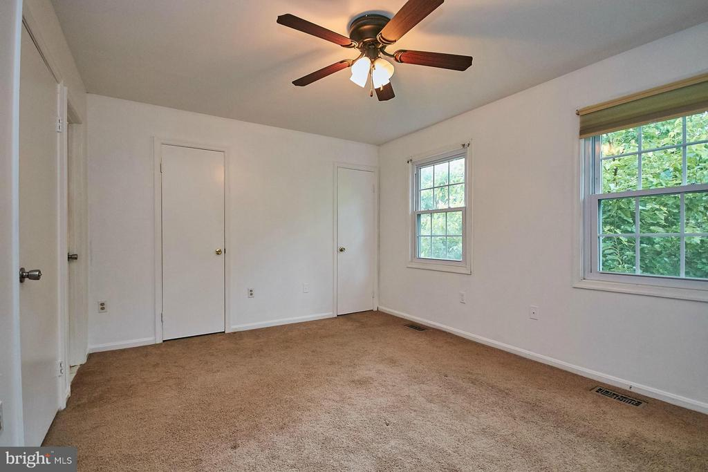 Master bedroom with two walk-in closets - 8657 POINT OF WOODS DR, MANASSAS
