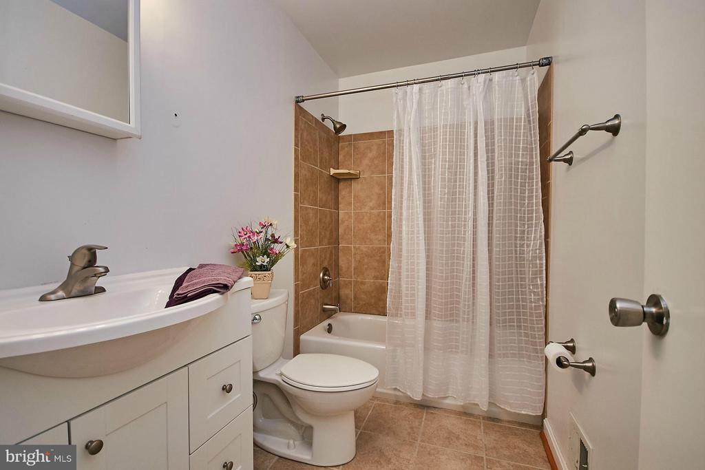 Upper level full bath - 8657 POINT OF WOODS DR, MANASSAS