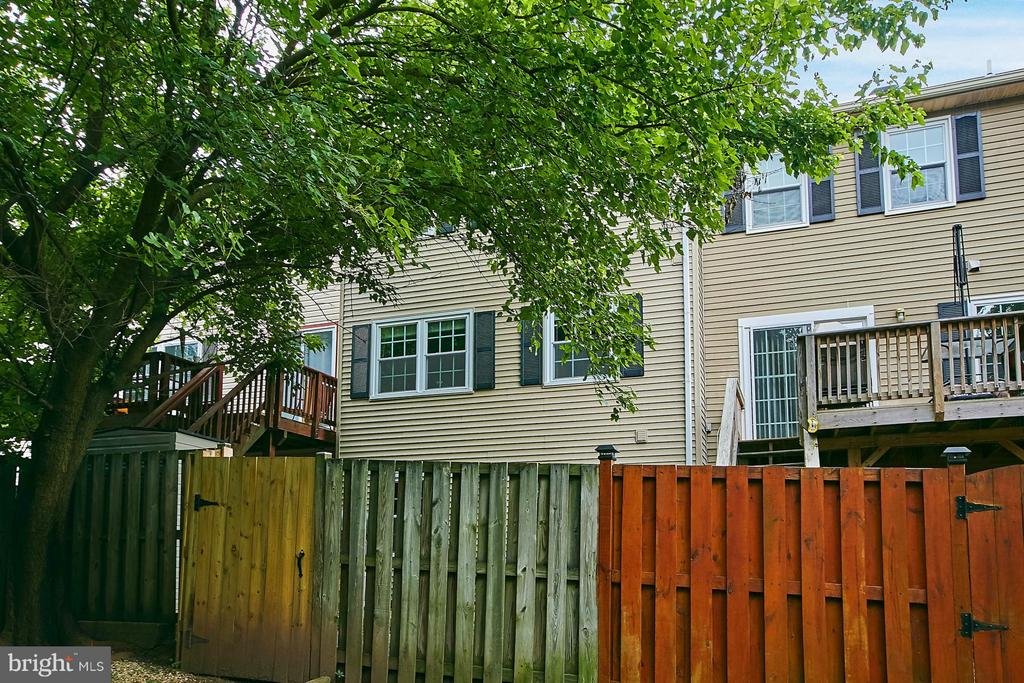 Fenced yard - 8657 POINT OF WOODS DR, MANASSAS