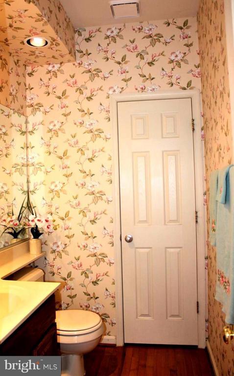 Bedroom, half bath with linen closet. - 46437 ESTERBROOK CIR, STERLING
