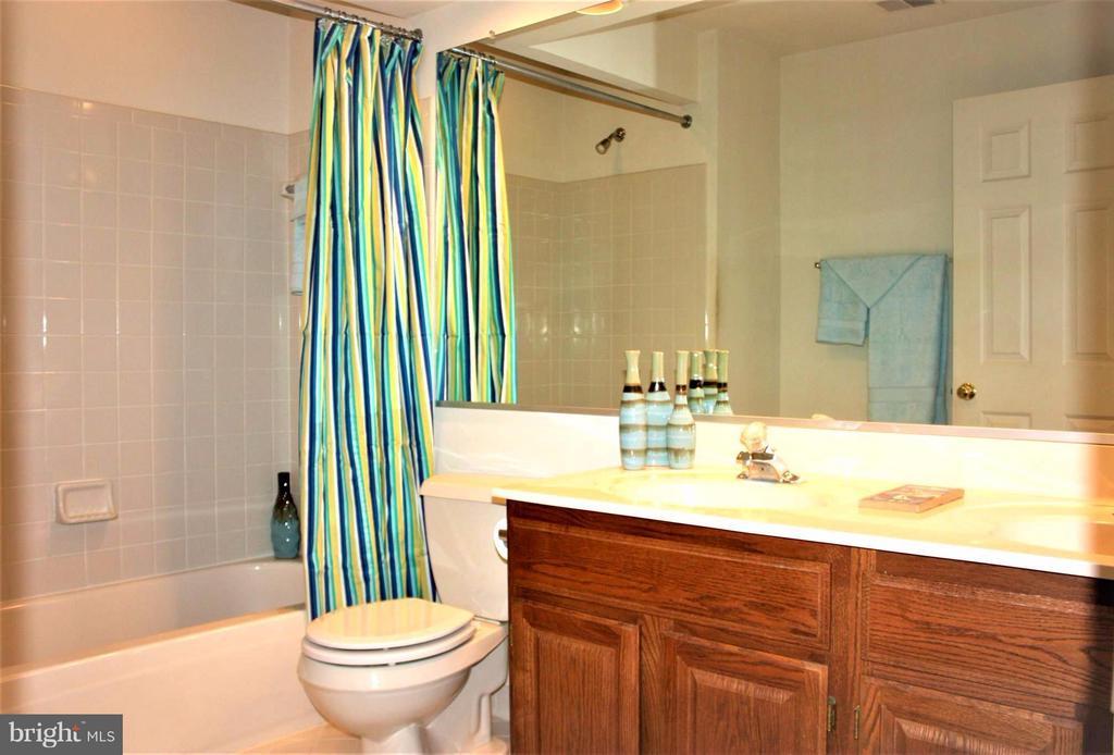 Hallway bath complete w/double sinks. - 46437 ESTERBROOK CIR, STERLING