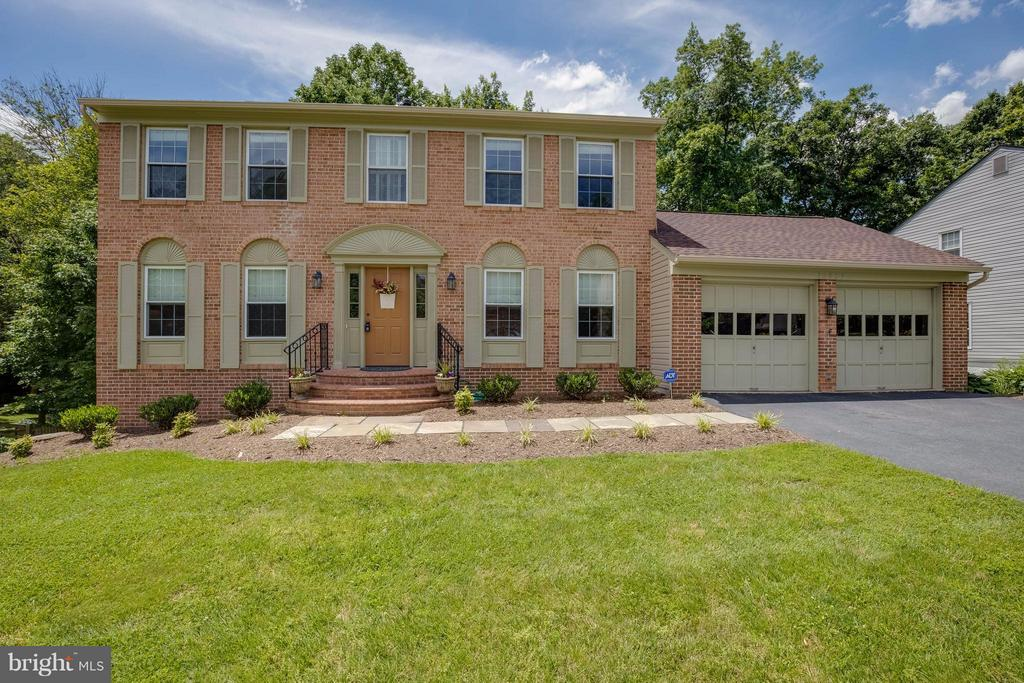 Welcome. Roof & siding are new! - 12029 SUGARLAND VALLEY DR, HERNDON