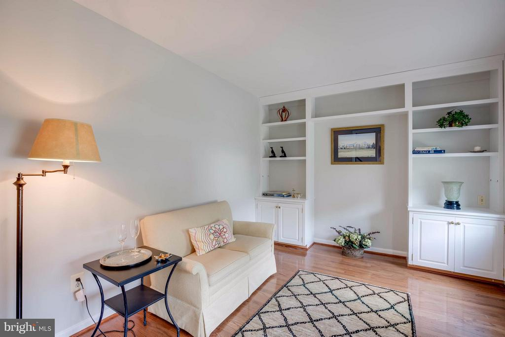 Library with built in bookcases - 12029 SUGARLAND VALLEY DR, HERNDON