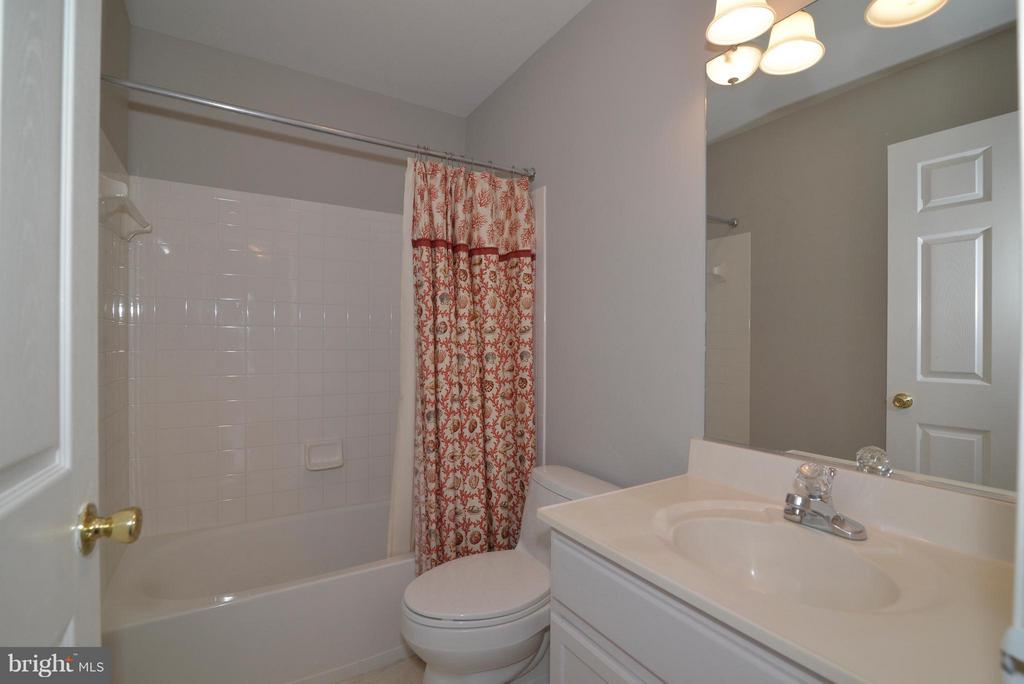 Full bath in hallway on 2nd level - very clean! - 611 MARSHALL DR NE, LEESBURG