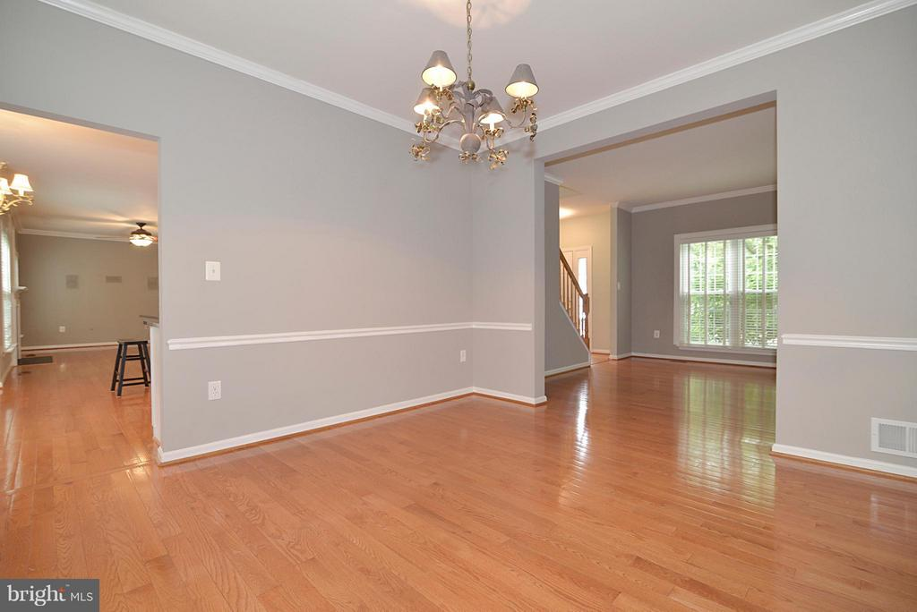 Neutral dining room with chair rail and chandelier - 611 MARSHALL DR NE, LEESBURG