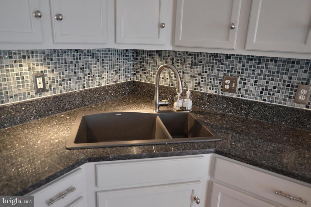 Beautiful backsplash above large kitchen sink - 611 MARSHALL DR NE, LEESBURG