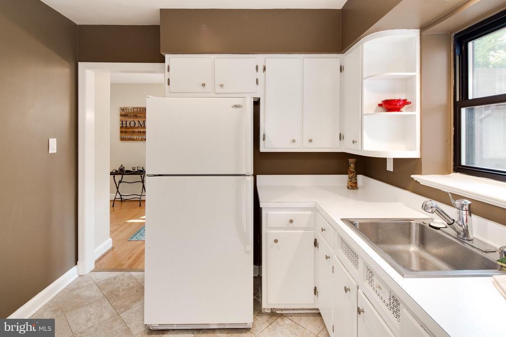 Darling White Kitchen w/ Ceramic Tile Flooring - 6818 WILLIAMSBURG BLVD, ARLINGTON