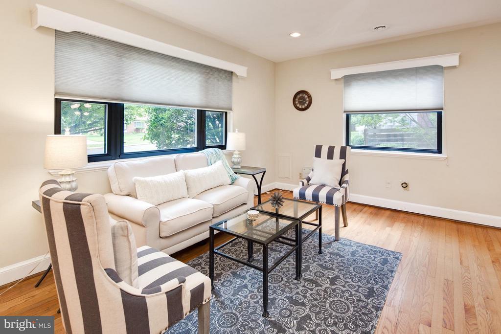 Living Room w/ Lots of Sunny Windows - 6818 WILLIAMSBURG BLVD, ARLINGTON