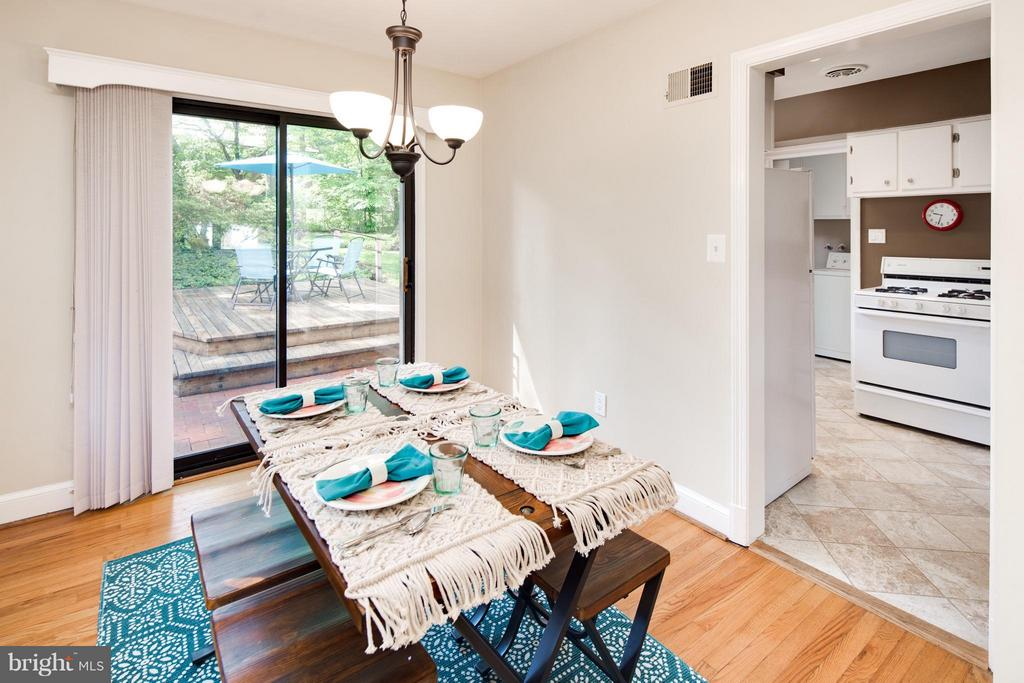 Dining Room w/ Walk Out Patio Door - 6818 WILLIAMSBURG BLVD, ARLINGTON