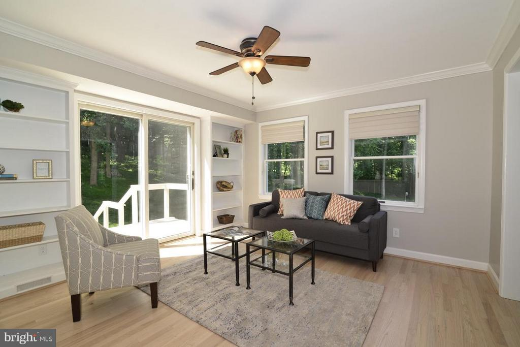 Morning room with access to the deck. - 287 BARKER LN, BLUEMONT