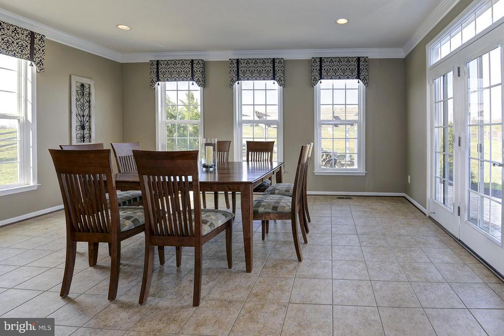 Sunroom off kitchen with lots of windows - 16545 LEVADE DR, LEESBURG