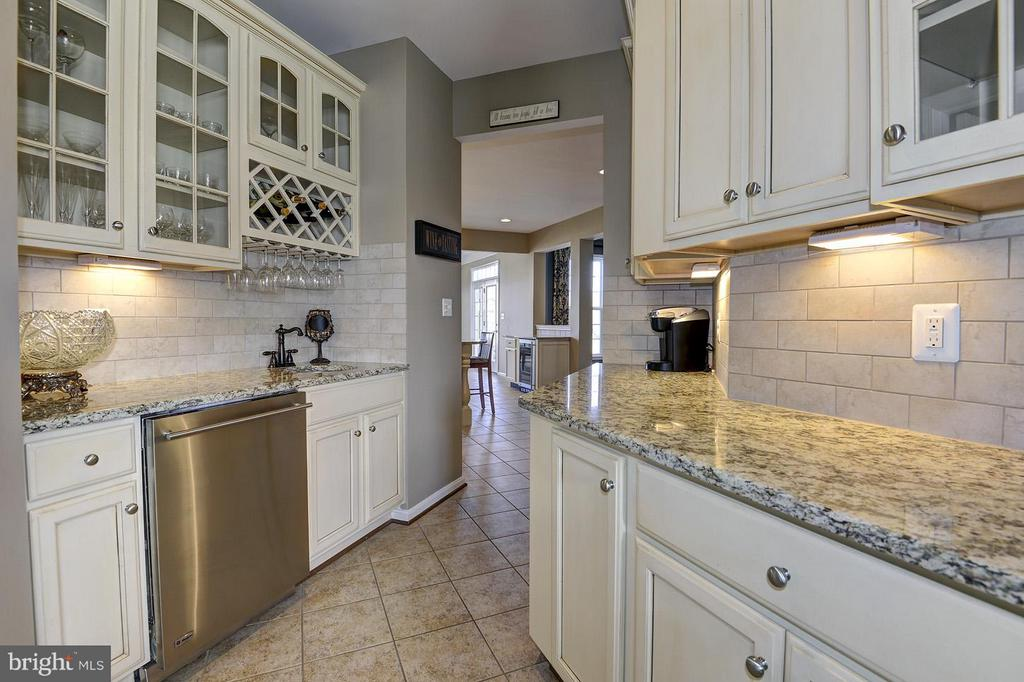 Butlers pantry features a 2nd dishwasher! - 16545 LEVADE DR, LEESBURG