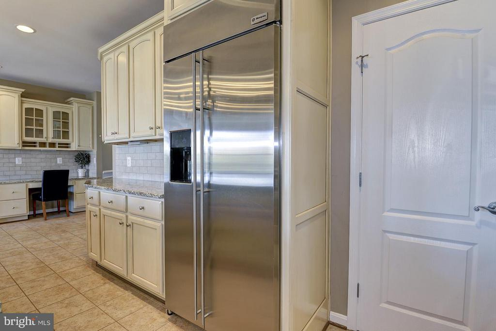 Stainless appliances and large pantry - 16545 LEVADE DR, LEESBURG