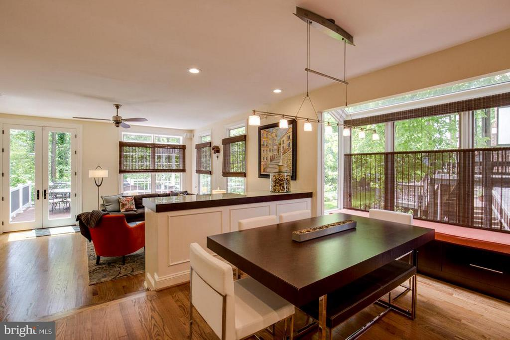 Built in Bench seating w/ serving counter - 43319 BUTTERFIELD CT, ASHBURN