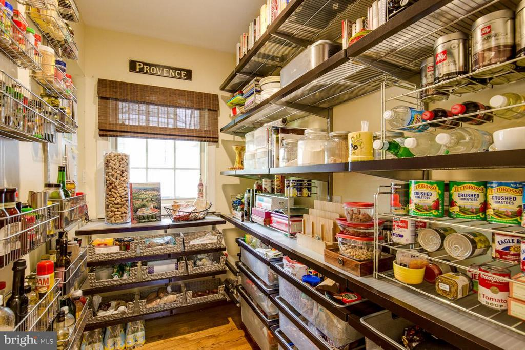Custom Pantry organized - 43319 BUTTERFIELD CT, ASHBURN