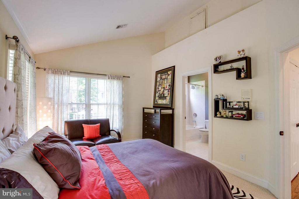 Secondary Bedroom w/ Ensuite - 43319 BUTTERFIELD CT, ASHBURN