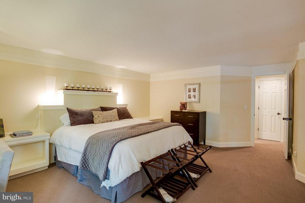 Lower Level walk out bedroom w/ full bath. - 43319 BUTTERFIELD CT, ASHBURN